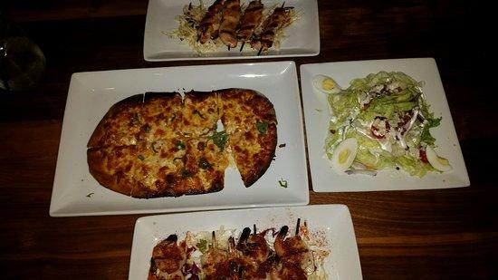 Covina, Californie : Margherita flatbread, an order of Shrimp skewers, an order of Chicken skewers and a Wedge salad