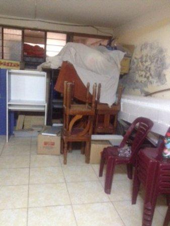Foto de Katari House, Aguas Calientes: Cuarto lleno de muebles ...