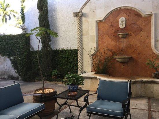 The Villa Tievoli: Lovely courtyard where breakfast is served.
