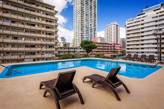 Waikiki Resort Hotel: Outdoor swimming pool and sundeck