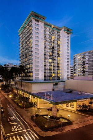 Waikiki Resort Hotel: Hotel exterior in the evening