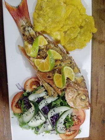 Deliciosa la cocina del chef Luis Novoa. Acá un Pargo entero y una Cabuya burguer... todo un man