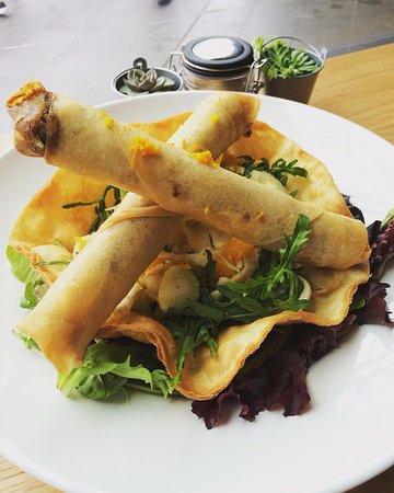 Box Hill, Avustralya: Duck Cigar - Zucchini,aubergine,capsicum stew and duck confit in crispy skin on orange fennel sa