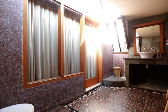 Ozzy Cottages and Bungalows: kamar mandi di lengkapi dengan air panas dan air dingin
