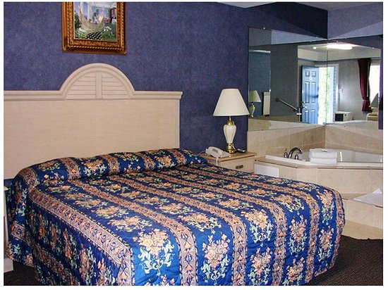 Red Carpet Inn & Suites Smithville: RNJSMKing Jacuzzi