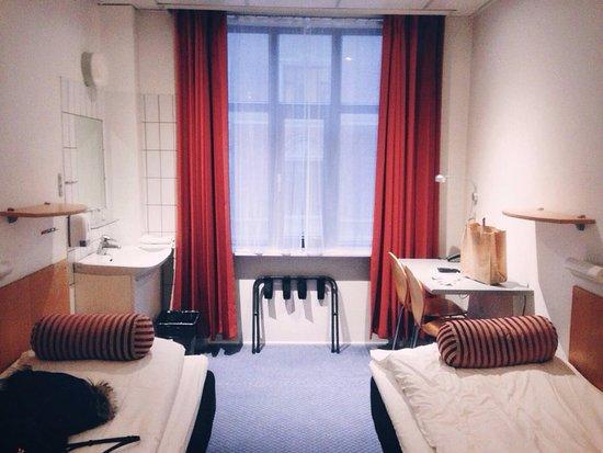 Saga Hotel : 2 single beds with shared bathroom