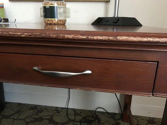 Hilton Garden Inn Virginia Beach Town Center: Marred Desk