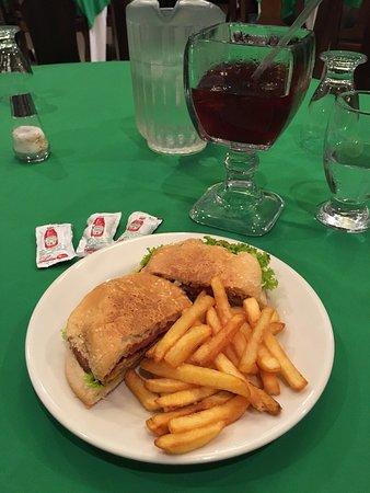 Hotel Pasabien: Cena, hamburguesa de pollo con salsa chipotle.