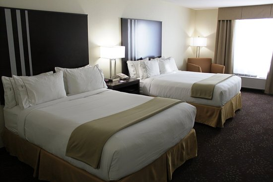 Yorkton, Canada: All of our Two Queen Bed Guestroom offer a Fridge and a Microwave