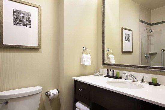 Embassy Suites by Hilton St. Louis - Downtown: King Suite Bathroom