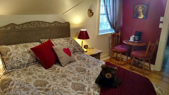 Suite richard desjardins avec chambre lit queen bureau et salle