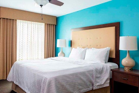 Fairlawn, OH: Single King Bedroom