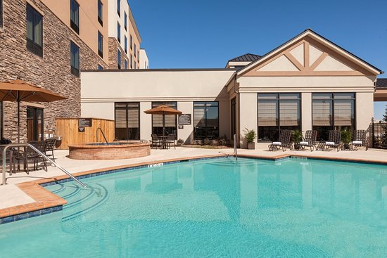 Denison, TX: Sparkling Outdoor Pool