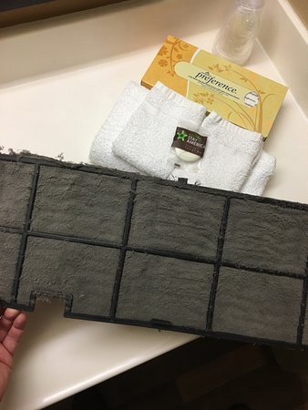 Extended Stay America - San Jose - Edenvale - South : air conditioning air filter upon arrival and after I cleaned it