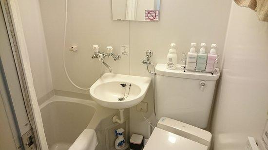 Weekly Sapporo 2000 & Annex: ビジネスホテルくらいの広さです。いちおう、湯船にもなんとか浸かれます。