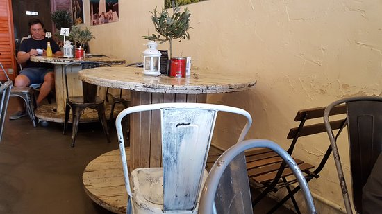 Oakleigh, أستراليا: Small tables are suitable for 3-4 persons