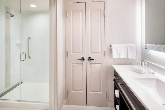 Aliso Viejo, CA: Guest Bathroom with Shower