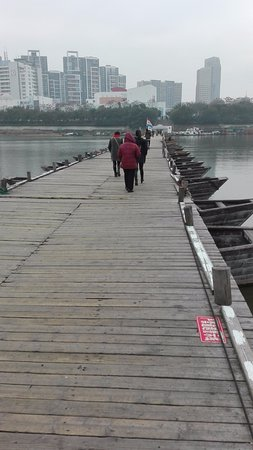 Ganzhou, Κίνα: Pontoon bridge over the Zhang river.