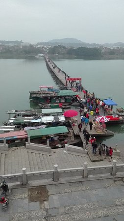Ganzhou, Κίνα: Vendors selling at the entry to the pontoon bridge.