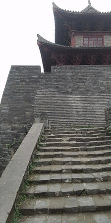 Ganzhou, Cina: Stairways up to the top of the wall