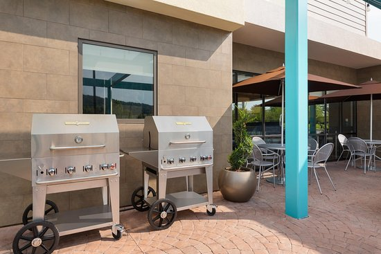 Downingtown, PA: Outdoor Patio with Grills
