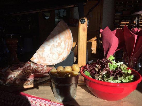 Le Corbier, Γαλλία: Raclette  avec sa charcuteries au Soleil