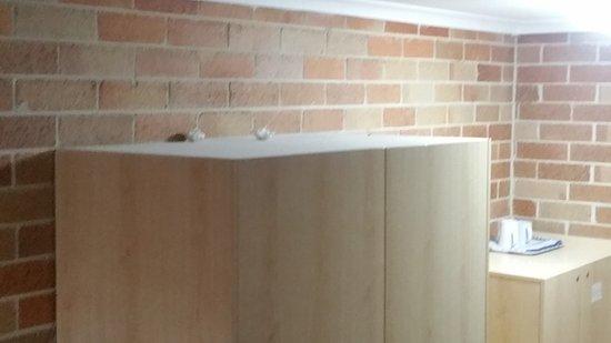 Windsor, Australia: rubbish on top of cupboards in room