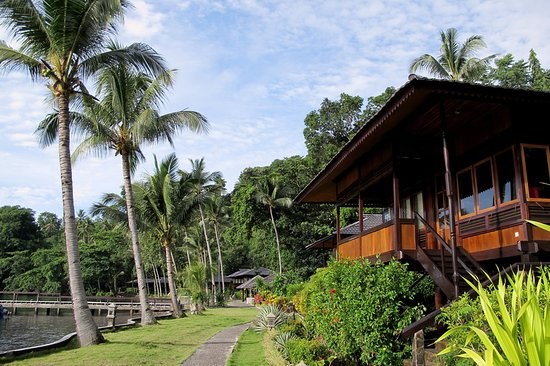 Kungkungan Bay Resort: Outside traditional houses