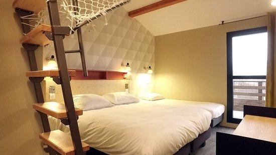 Chambre 5 personnes composée d\'un lit double, d\'un lit superposé et ...