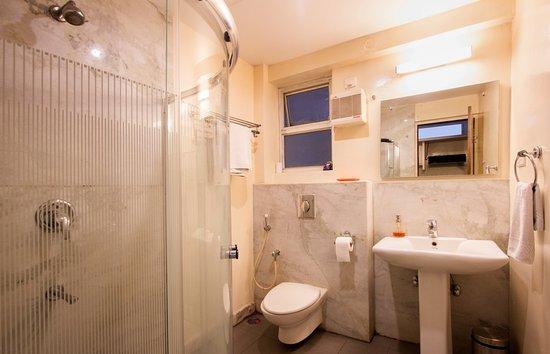 Maple Suites, Serviced Residences: Deluxe Suite - Ensuite Bathroom.
