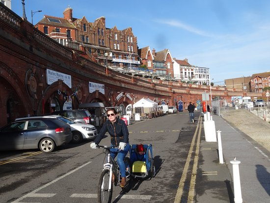Ramsgate, UK: A view back towards the entrance with cafes and restaurants under the arches