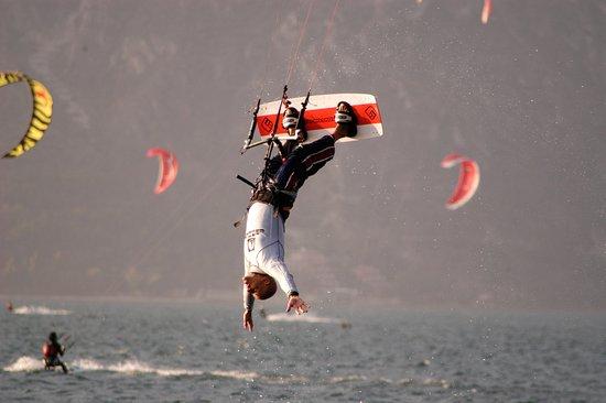 Parc Hotel Eden: Kitesurfing at the beach