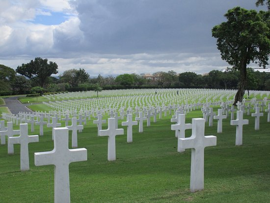 Manila American Cemetery and Memorial: Somber park full of crosses