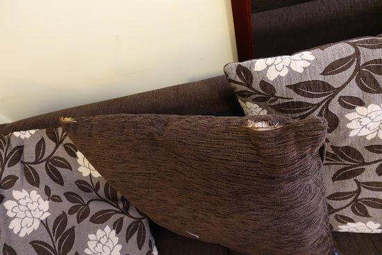 Loughrea, Ireland: Zerschlissenes, staubiges Sofa