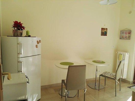 cucina comune con frigo, forno elettrico, angolo cottura, balcone ...