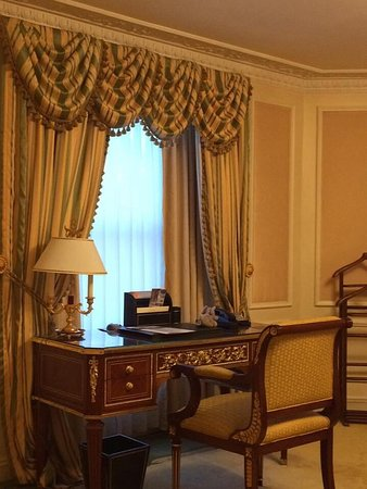 The Bentley London: Desk in room