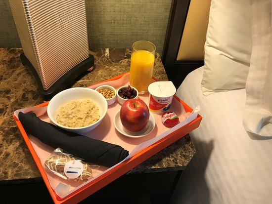 ‪‪Glen Ellyn‬, إلينوي: Complimentary signature breakfast delivered right to your room!‬
