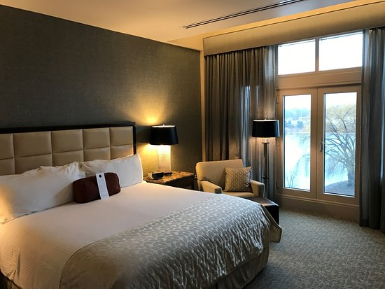 Inn at Water's Edge: King guest room