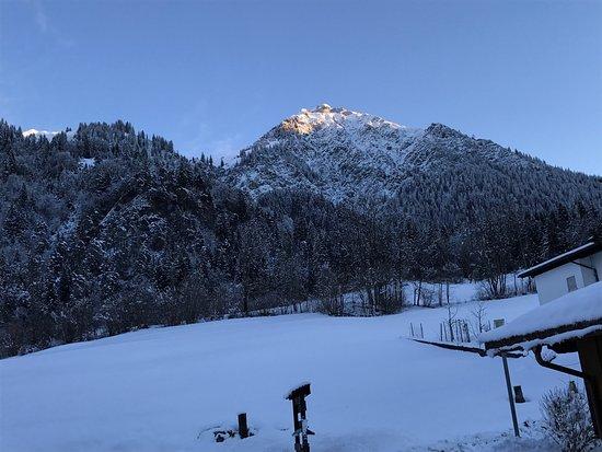 Wald am Arlberg, Österreich: Die Aussicht vom Parkplatz (die vom Zimmer ist noch schöner!).