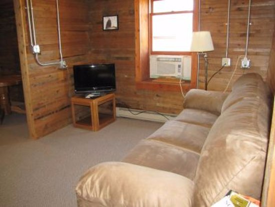 Lansing, IA: Family room, internet and cable TV