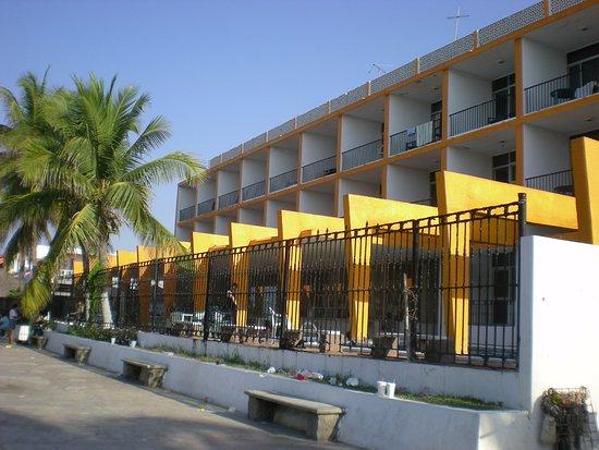 Armeria, เม็กซิโก: Frente del hotel, vista desde el malecon.