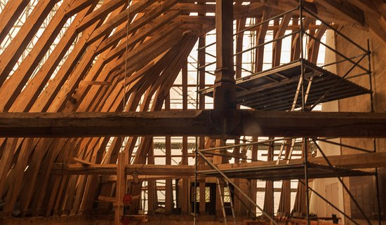 Azay-le-Rideau, Frankrijk: Restoration work of the massive roof with timbers 500 years old!