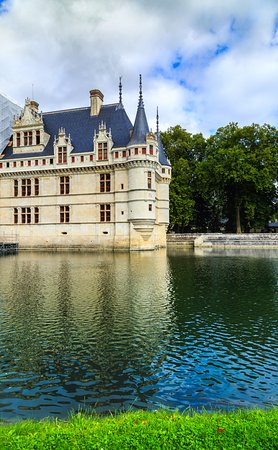 Azay-le-Rideau, France: Azzay le rideau in a perfect setting