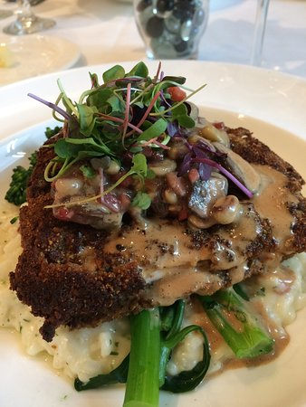 Emerald Grande at HarborWalk Village: The cooking class held on the first tuesday of each month with Chef Jimmy is a real value. We en