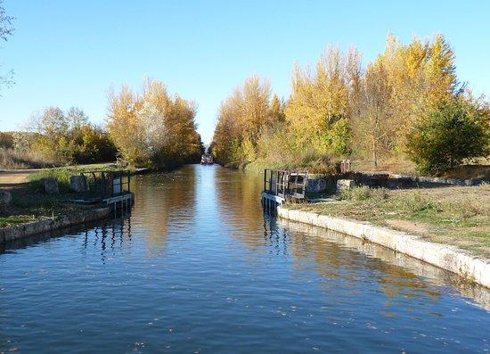 Fromista, Spain: Surcando las aguas del Canal de Castilla