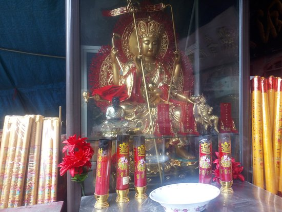 Pulandian, Kina: Sculptures and incense sticks