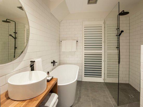 Olinda, Australia: Artist on Everest main bathroom with soaking bath