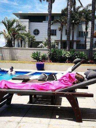 Kingsgate Hotel Autolodge Paihia: Chillin by the pool. Nice pool a few more chairs on grass area would be good.