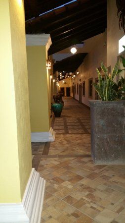 Los Algodones, Mexico: Looking down the hallway at dusk... nice star lighting in the hallway