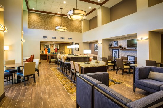 Hampton Inn & Suites Windsor - Sonoma Wine Country: Free breakfast area and dining/lobby.